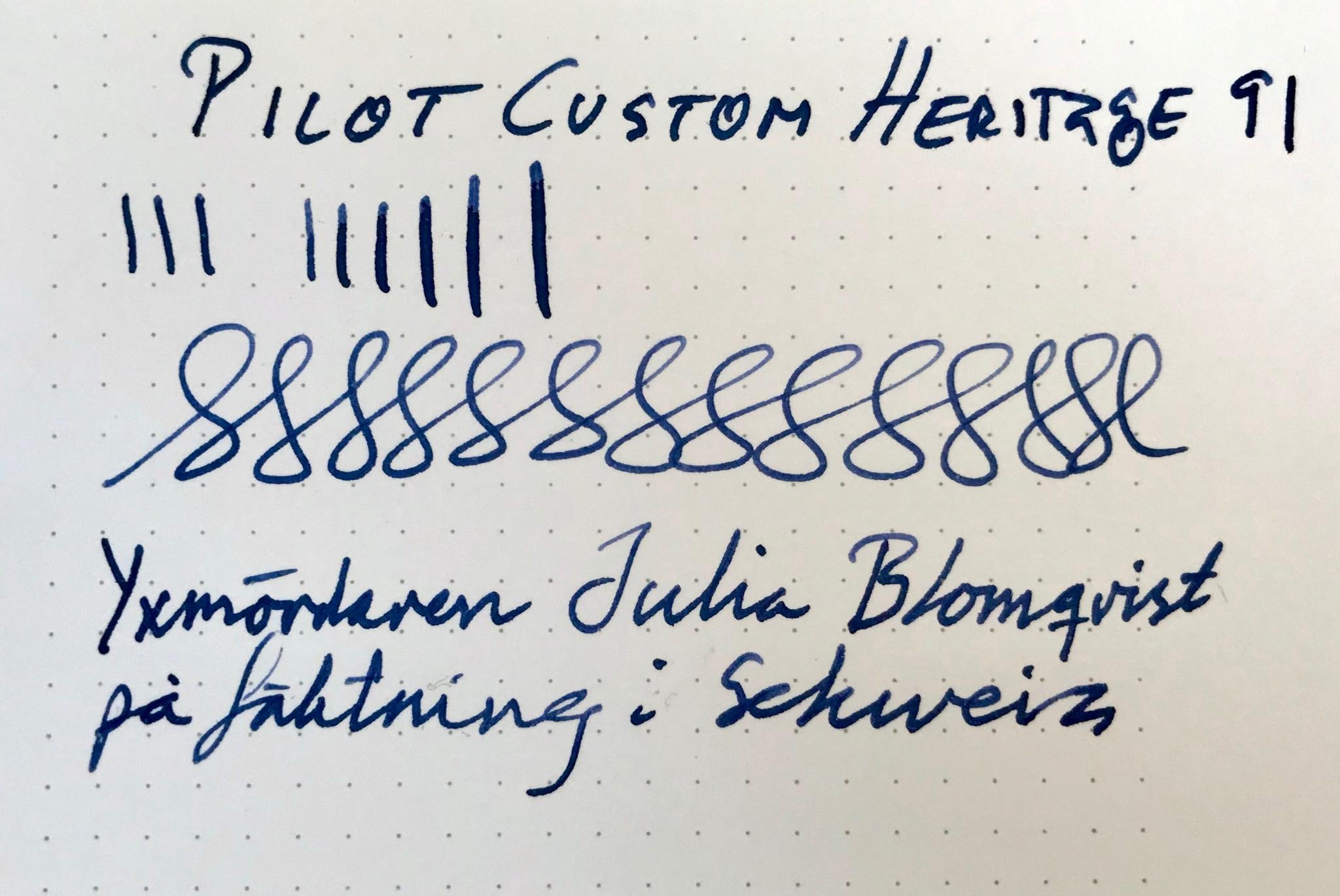 """Skrivprov med Pilot Custom Heritage 91. Visar en viss linjevariation och ett pangram som lyder """"Yxmördaren Julia Blomqvist på fäktning i Schweiz"""